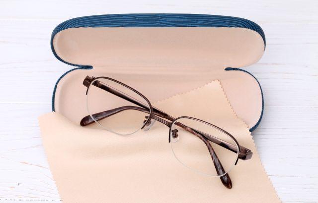 メガネを常時着用すると、指先で目に触る機会が激減しますよ!